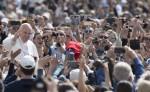 El papa Francisco saluda a los feligreses congregados en la Plaza de San Pedro del Vaticano para su tradicional audiencia general de los miércoles. LA PRENSA/EFE/Maurizio Brambatti
