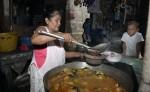 Doña Alicia, que podría ser una abuela esclava, prepara su sopa y a su derecha uno de sus nueve bisnietos la observa. LA PRENSA/Manuel Esquivel.