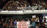 """Un simpatizante de Donald Trump muestra  un cartel en el que se lee: """"Deportar y Construir el Muro"""", dos de las medidas más criticadas por los grupos proinmigrantes. LA PRENSA/AP"""