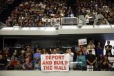 Hispanos pro Trump se esconden por burlas