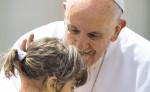 El papa Francisco bendice a una niña  al finalizar su tradicional audiencia general de los miércoles, celebrada en la Plaza de San Pedro del Vaticano. LA PRENSA/ EFE
