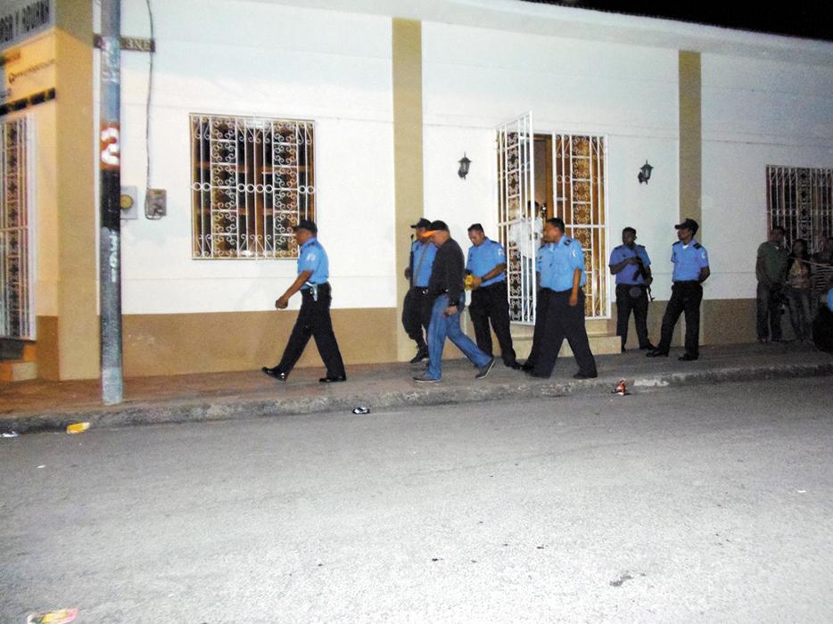 Varios agentes policiales resguardaron los alrededores de la casa donde fue encontrado el cuerpo de Xiomara Cruz Torres. LA PRENSA/R. MORA