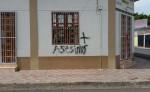 """Así quedó la vivienda de la mamá de Rodolfo García """"El Popo"""", luego que desconocidos mancharan las paredes de la casa con pintura y escribieran mensajes. LA PRENSA/R. MORA"""