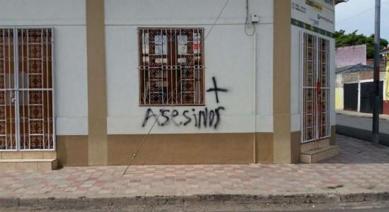"""Manchan paredes en casa de la mamá de """"El Popo"""""""