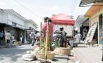 Los compradores en el mercado de Jinotepe  tienen que caminar al centro de la calle, porque los vendedores se han  tomado las aceras. LA PRENSA/M. GARCÍA