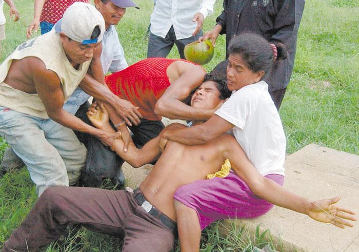 Los afectados requieren que al menos tres personas los sujeten para frenar sus convulsiones. LA PRENSA/Oscar Navarrete.