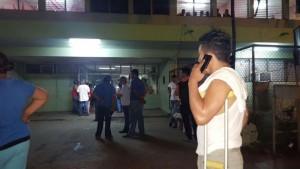 Pacientes abandonan el hospital de León tras el sismo registrado en Puerto Morazán. LA PRENSA/E. LÓPEZ