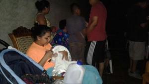 Familias en Chinandega, tras el sismo en Puerto Morazán, salieron de sus casas para trasladarse a lugares seguros. LA PRENSA/S. MARTÍNEZ