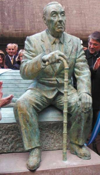 Estatua de Jorge Luis Borges(1899-1986), situada Jardín de la Biblioteca Nacional en el barrio de Recoleta, en Buenos Aires (Argentina). Realizada hace tres años por el escultor Antonio Oriana.
