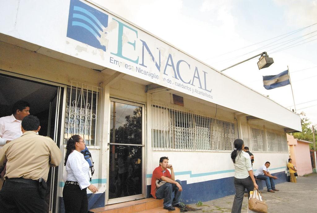 Fachada de Enacal a la hora de salida del personal. Viernes 05/01/07. /Carlos Cortez/ LA PRENSA.