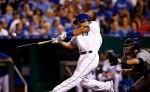 Cheslor Cuthbert conectó un jonrón y empujó tres de las cuatro carreras de los Royals anoche ante los Astros. LA PRENSA/ Jamie Squire/ Getty Images/ AFP