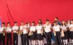 Los alumnos galardonados por obtener los mejores promedios. LA PRENSA/ L. MARTÍNEZ