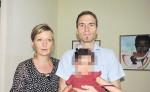 Esther y Daniel Schar, la pareja de suizos que adoptó en diciembre a una menor, la que ahora Mifamilia intenta recuperar. Ellos le piden una explicación a la institución antes de devolver a la menor de 11 meses. LA PRENSA/ M. GARCÍA