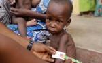 Según señala la Unicef, los niños más pobres tienen el doble de probabilidades que los más ricos de morir antes de cumplir cinco años. LA PRENSA/AP/Sunday Alamba