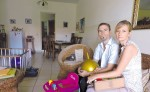 Esther y Daniel Schar, pareja suiza que adoptó una niña  cuando tenía dos meses, a la que cuidaron durante nueve meses y luego se la quitaron. LA PRENSA/M.GARCÍA