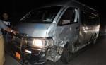 El microbús interlocal que fue impactado por una camioneta. LA PRENSA/M. GARCÍA