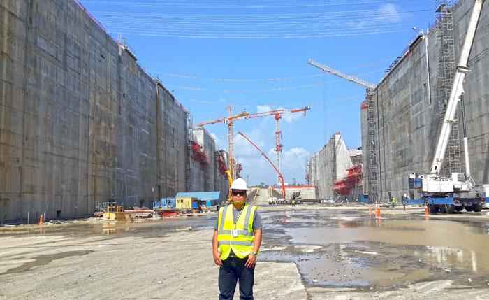 El ingeniero civil Luis Rojas durante la construcción de las nuevas esclusas. LA PRENSA/Cortesía.
