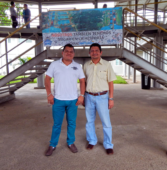 El dibujante arquitectónico Douglas Quintana junto al ingeniero civil Manuel López. LA PRENSA/Cortesía.