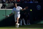 La lluvia salva DJokovic, Federer se refugia en la central