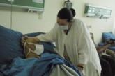 Norma Elena Gadea visita a Amado Felipe en el hospital después de sus quimioterapias