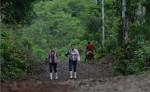 """Los pobladores de las comunidades del """"triángulo del sur"""" del país viajan a pie entre dos y 12 horas, según el lugar donde vivan, para salir a San Isidro, donde abordan un camión que los lleve a Nueva Guinea. LA PRENSA/ ROBERTO FONSECA"""