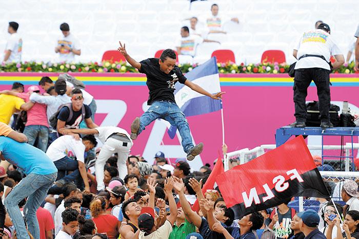 Jóvenes buscan la forma de divertirse en la plaza. LA PRENSA/ J. FLORES