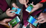 Vista de un grupo de gente jugando Pokemon Go en sus teléfonos móviles en Sydney, Australia. LA PRENSA/EFE