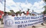 Médicos y personal de Enfermería del hospital, centros de salud y la clínica médica previsional  de Estelí marcharon ayer en apoyo a dos médicos acusados de la muerte de una niña. LA PRENSA/R. MORA