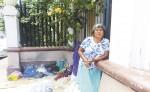 María Ester Cuadra lleva varios meses viviendo  en la acera del Palacio Episcopal de Granada ante la falta de una vivienda. LA PRENSA/L. VARGAS
