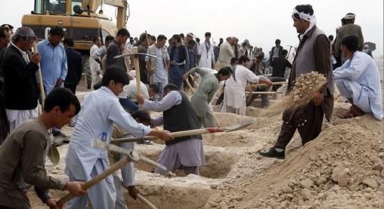 Kabul entierra a sus muertos tras el peor atentado en 15 años