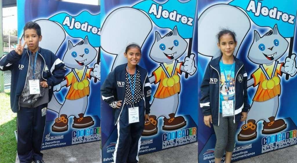 Jeffrey López, Luzmar Jimenez y Kihara Maradiaga fueron los tres estudiantes costeños que ganaron primeros lugares en el Torneo Centroamericano de Ajedrez, celebrado en El Salvador en la categoría sub-12. LA PRENSA/ CORTESÍA.