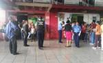 Agentes de la Policía Nacional investigan en el mercado Roberto Huembes el abandono de un bebé. LA PRENSA/Priscila Gómez