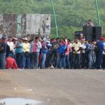Laura Zúñiga Cáceres con un megáfono llama a los manifestantes para exigir justicia por el asesinato de su madre , líder indígena y ecologista Berta Cáceres. LA PRENSA/AP