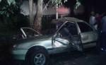 El automóvil, color beige, placa CH 25047,  quedó convertido en chatarra luego de estrellarse contra un árbol. LA PRENSA/S. Martínez