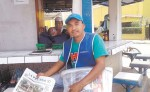 A Marcelo Ríos se le observa recorriendo las calles como voceador de periódicos.  Es un hombre que lucha por salir adelante junto a su familia: tres hijos y su compañera de vida. LA PRENSA/S. MARTÍNEZ