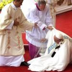Papa Francisco tropieza y cae al oficiar misa en Polonia