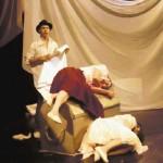 En la escena la obra teatral Las hijas del maíz