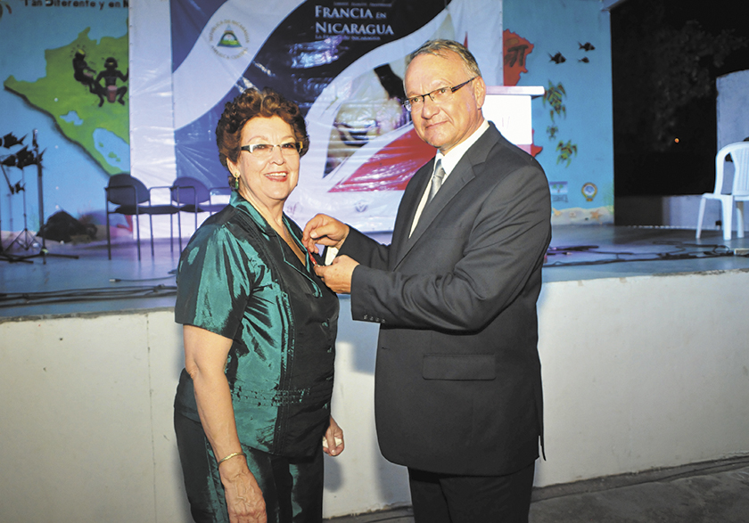 Managua, Nicaragua.13/Marzo/2014: El Embajador de Francia Antoine Joly Condecora a la poeta Vidaluz Meneses en la alinaza francesa. Jorge Torres/ LA PRENSA.