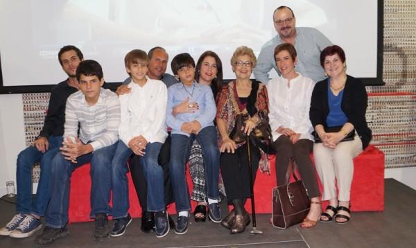 Vidaluz Meneses junto a sus hijos y nietos al finalizar la presentación de su libro, Balada para Adelina.