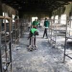 Estudiantes de la escuela San Pedro Nyamesocho en Kisii, Kenia, revisan sus pertenencias quemadas en un dormitorio. LA PRENSA/AFP