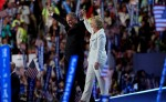 La candidata presidencial demócrata,  Hillary Clinton, junto a su fórmula vicepresidencial Tim Kaine, sobre el escenario del Wells Fargo Center, en Filadelfia. LA PRENSA/EFE