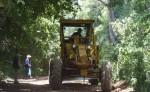 Este viernes la maquinaria del MTI comenzó los trabajos  de mantenimiento y rehabilitación de siete kilómetros de calle rural. LA PRENSA / R. VILLARREAL