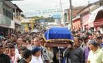 Familiares, amigos y población en general  de la ciudad de Boaco, durante el sepelio del jefe de la Policía de ese departamento. LA PRENSA/M. RODRÍGUEZ