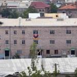 Vista general de la estación de policía Erebuní secuestrada por hombres armados en Ereván, capital de Armenia. LA PRENSA/AFP