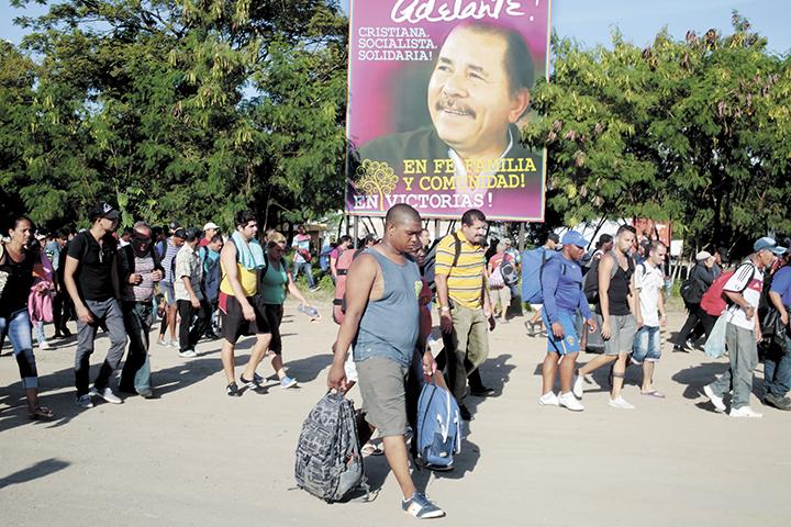 Emigrantes cubanos en la frontera de Peñas Blancas. LA PRENSA/Archivo