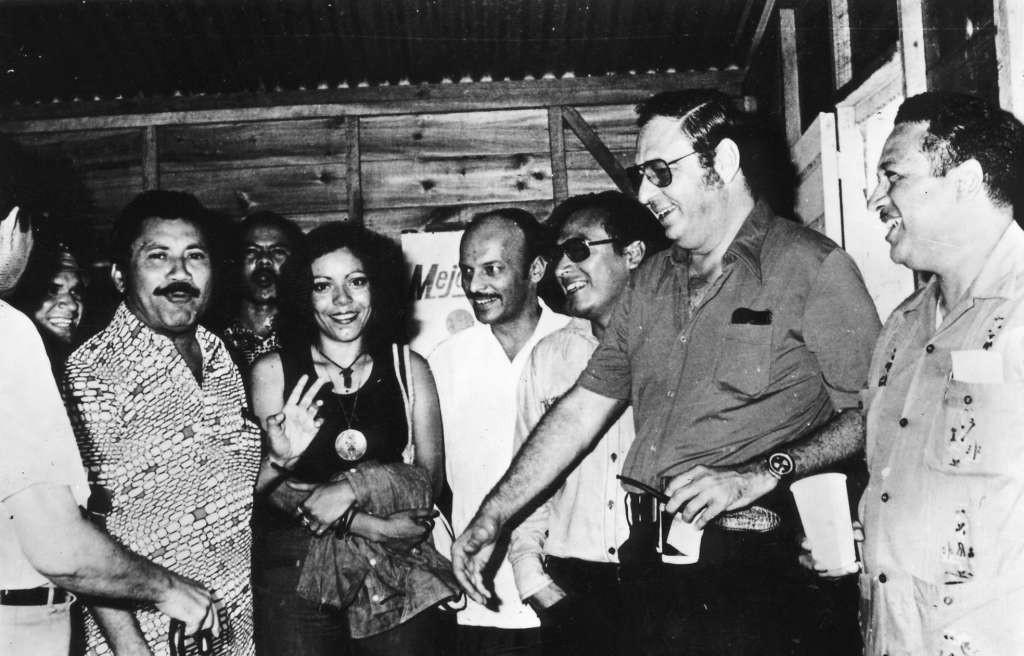 Rosario Murillo con Pedro Joaquín Chamorro, entre otros, cuando Murillo trabajó como secretaria de él en LA PRENSA. LAPRENSA/Archivo.