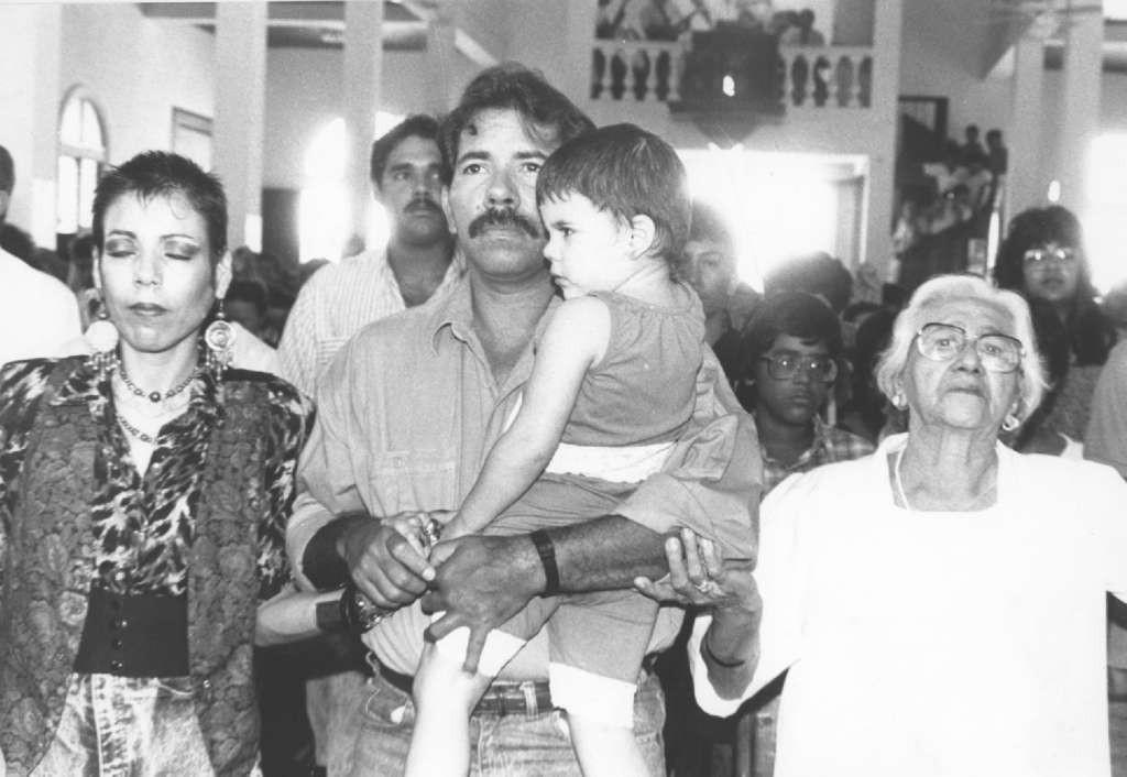 Rosario Murillo junto a Daniel Ortega y Lidia en una misa ofrecida por el Cardenal Obando. LAPRENSA/Archivo