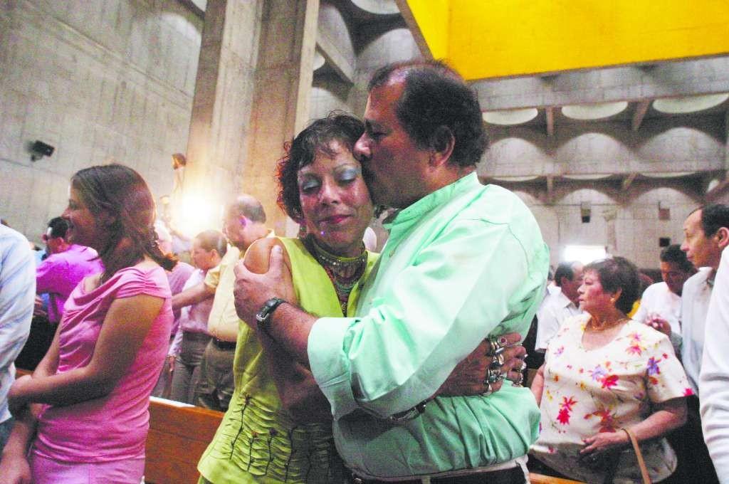 Daniel Ortega Saavedra y Rosario Murillo durante la misa y celebración del 25 Aniversario de la Revolución popular sandinista, el Managua, Nicaragua, el 19 de julio de 2004. LAPRENSA/Oscar Navarrete