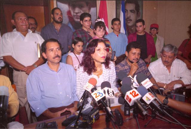 Rosario Murillo y Daniel Ortega junto a todos sus hijos durante la conferencia de prensa que ofrecieron en 1998 en la que Murillo aseguró que su hija era una mitómana, al acusar a su padrastro, Daniel Ortega, de violación sexual. LAPRENSA/