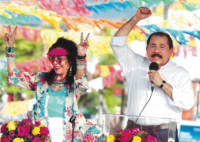La pareja presidencial Rosario Murillo y Daniel Ortega Saavedra y antes de enrumbar hacia Masaya en el aniversario del repliegue, el 5 de julio del 2013. LA PRENSA/Manuel Esquivel.